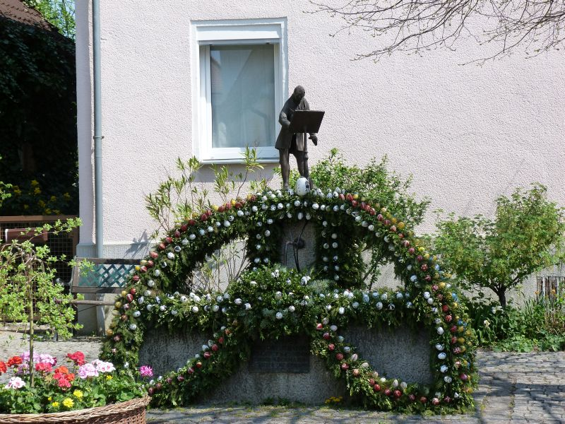 Ebermannstadt Osterbrunnenschmuecken  Ebermannstadt - Osterbrunnen am Kapellenplatz